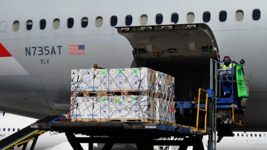 Llegó un vuelo con más de 870 mil vacunas covid Pfizer